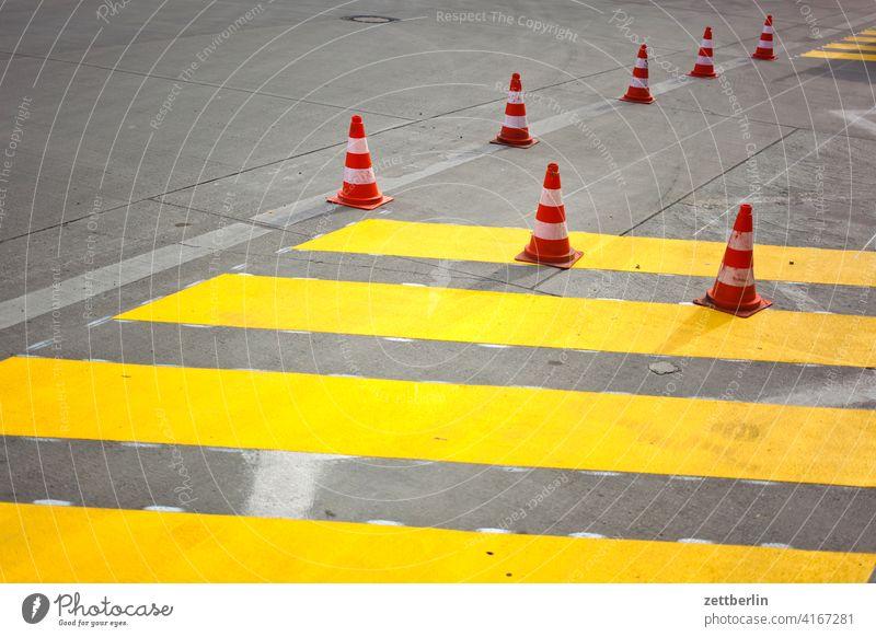 Pylone mit gelben Streifen asphalt ecke fahrbahnmarkierung hinweis kante kegel kurve linie links navi navigation orientierung pfeil pylon radweg rechts richtung