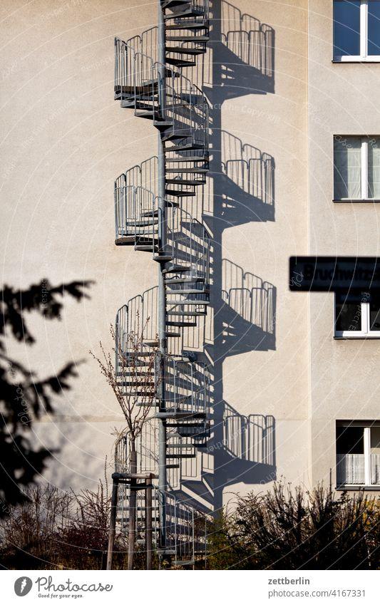 Wendeltreppe, außen absatz abstieg abwärts aufstieg aufwärts außentreppe brandschutz geländer haus mehrfamilienhaus menschenleer mietshaus stufe textfreiraum