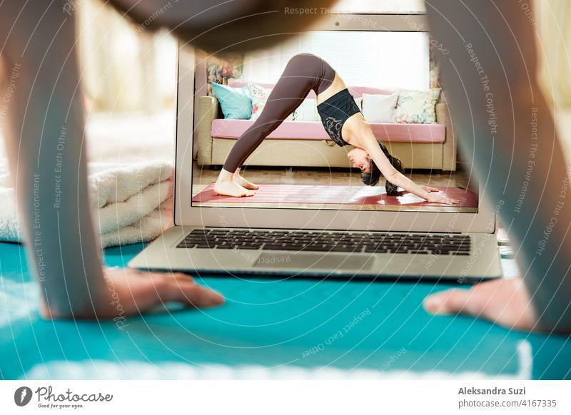 Schöne fit Frau Streaming Broadcast-Video-Blog über Yoga und Fitness im Wohnzimmer. Gesunder Lebensstil und soziale Medien. Frau beobachten Video-Tutorials auf Laptop und arbeiten zu Hause.