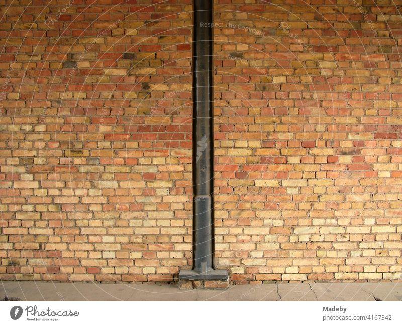 Spalt mit Stahlträger in der Backsteinfassade der alten Heyne Fabrik in Offenbach am Main in Hessen Mauer Mauerwerk Fassade Backsteinmauer Ziegelmauer