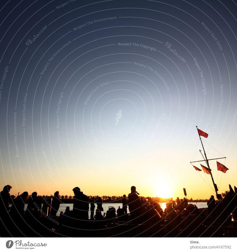 Strandperle's Feierabend erholung sonnenuntergang gegenlicht silhouette abendsonne wasser menschen fahne kühl sonnig sonnenlicht horizont urlaub strand elbe