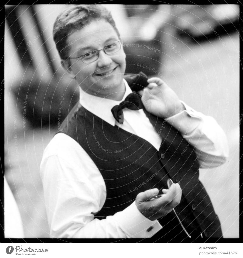 Eine Hochzeit und kein Todesfall Mann Freude lachen Stil Kunst elegant Kultur Lebensfreude Anzug Uhr lässig Fliege Smoking Taschenuhr