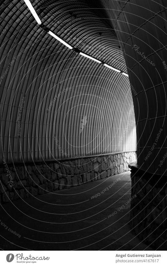 Schwarzer und weißer Tunnel mit Lichtern und Steinen Stollen Weg abstrakt schwarz Detailaufnahme Linie im Freien Straße Architektur künstlerisch Auto Automobil