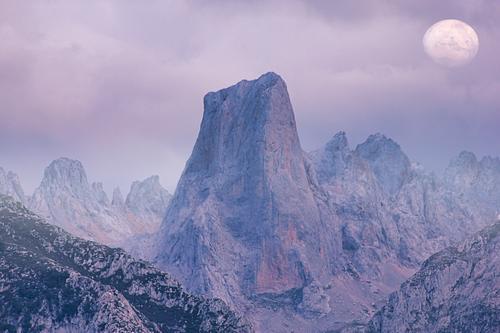 El Naranjo de Bulnes Berggipfel in Picos de Europa, Asturien, Spanien Berge u. Gebirge Panorama Landschaft Sonnenaufgang Wiese geologisch wandern Licht national