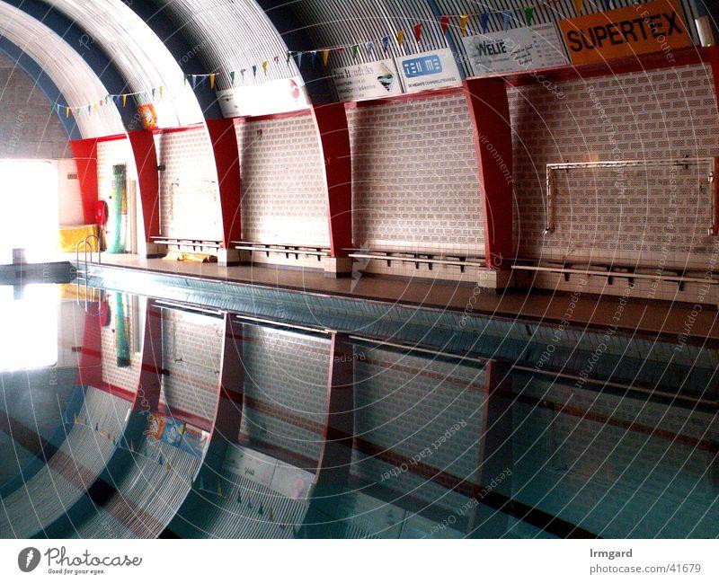 Raumschiff Wasser ruhig Sport Architektur modern Schwimmbad