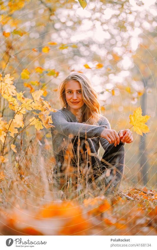 #A9# Herbst am Sitzen im Park Außenaufnahme Herbstwetter Herbstlaub wandern positiv Spaziergang Haare & Frisuren draußensein erleben Natur Junge Frau