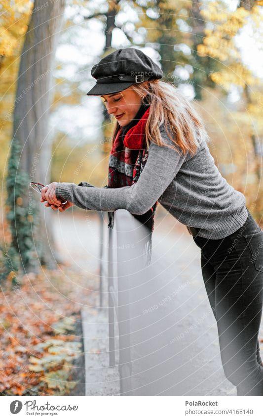 #A9# Herbstspaziergang Außenaufnahme Herbstwetter Herbstlaub wandern positiv Spaziergang Haare & Frisuren draußensein Natur erleben Junge Frau Herbststimmung