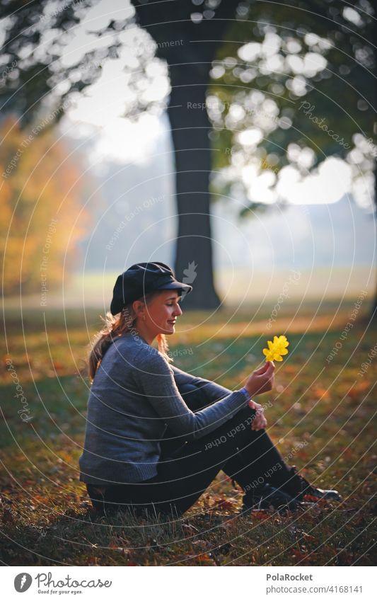 #A9# Herbst am Sitzen mit gelben Blatt Außenaufnahme Herbstwetter Herbstlaub wandern positiv Spaziergang Haare & Frisuren draußensein erleben Natur Junge Frau