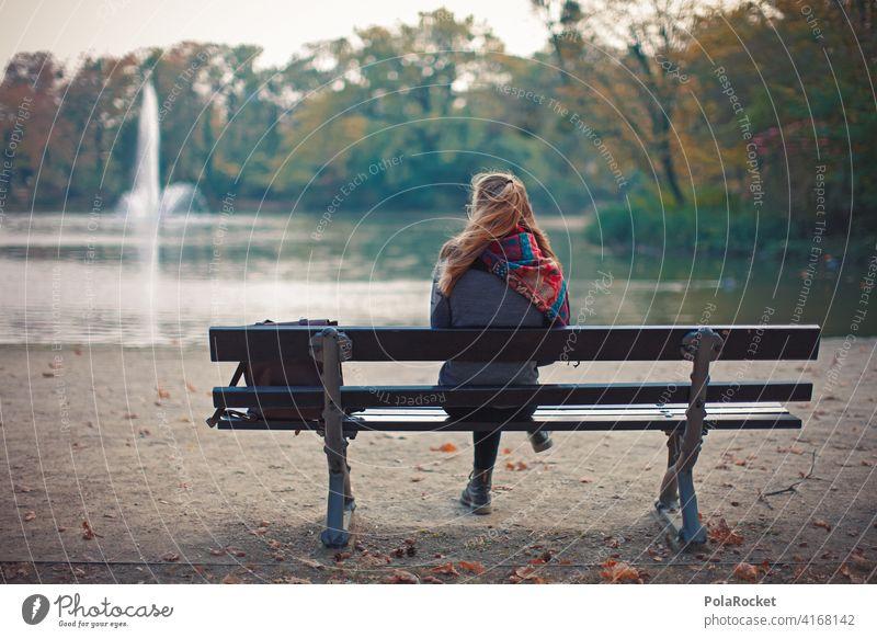 #A9# Herbst auf einer Parkbank Außenaufnahme Herbstwetter Herbstlaub wandern positiv Spaziergang Haare & Frisuren draußensein erleben Natur Junge Frau