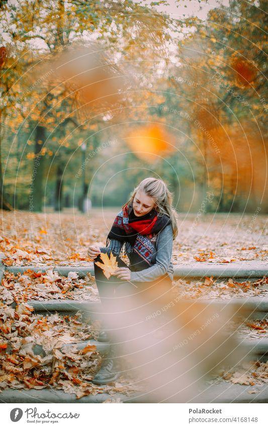 #A9# Im Herbst am Sitzen Außenaufnahme Herbstwetter Herbstlaub wandern positiv Spaziergang Haare & Frisuren draußensein erleben Natur Junge Frau Herbststimmung