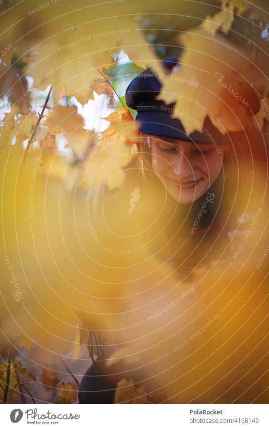 #A9# Herbst am Sitzen Außenaufnahme Herbstwetter Herbstlaub wandern positiv Spaziergang Haare & Frisuren draußensein erleben Natur Junge Frau Herbststimmung