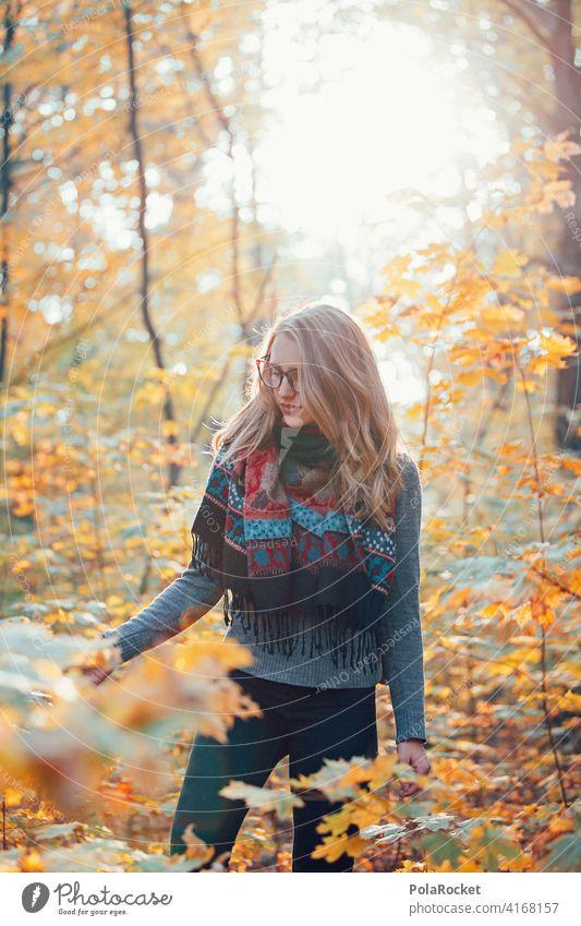 #A9# Herbst im Wald Außenaufnahme Herbstwetter Herbstlaub wandern positiv Spaziergang Haare & Frisuren draußensein erleben Natur Junge Frau Herbststimmung