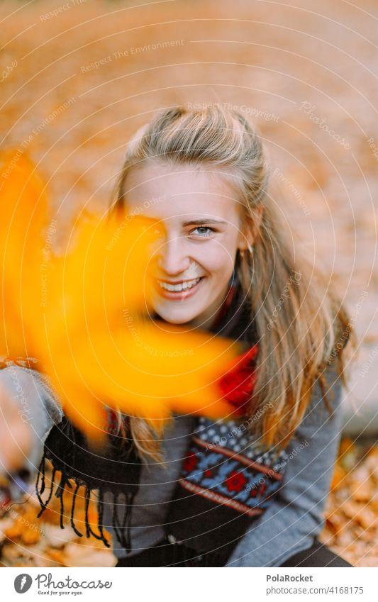 #A9# Herbst im Park Außenaufnahme Herbstwetter Herbstlaub wandern positiv Spaziergang Haare & Frisuren draußensein erleben Natur Junge Frau Herbststimmung