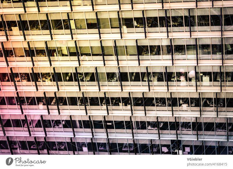 Gebäude, Bürogebäude mit gelb / orange und rosa Spiegelung / Farbverlauf Haus Stadt Wiederholung weiß rot Arbeitsplatz Arbeit & Erwerbstätigkeit arbeiten