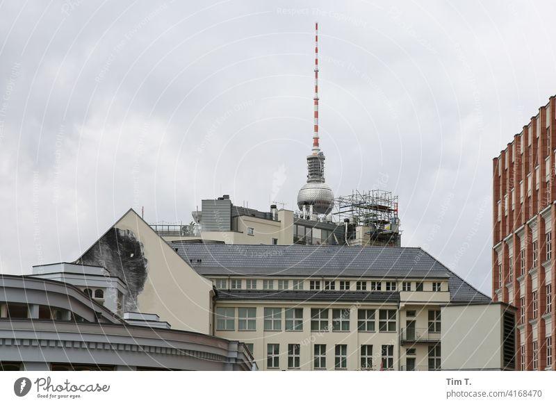 die Rückseite vom SOHO Hotel mit Fernsehturm Berliner Fernsehturm Architektur Turm Wahrzeichen Berlin-Mitte Hauptstadt Stadtzentrum Menschenleer Großstadt