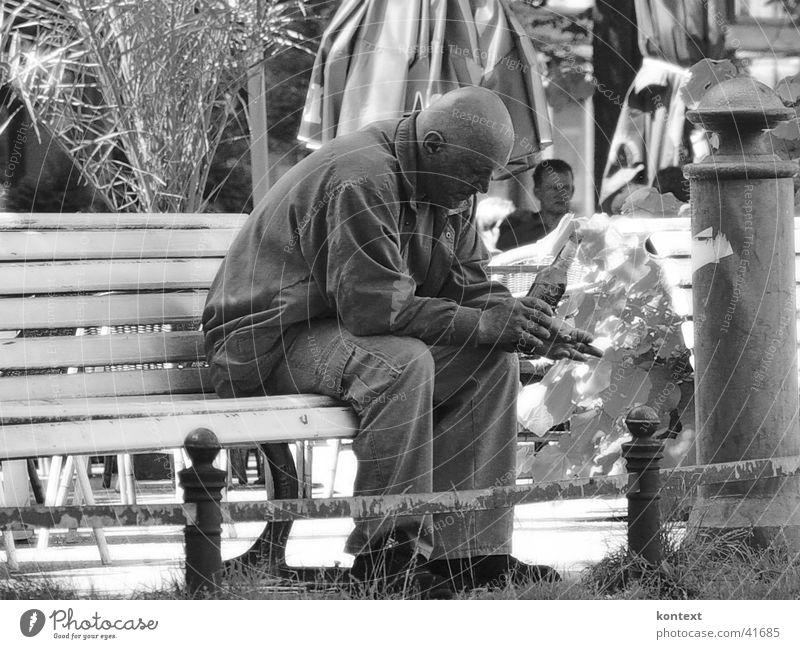 unten angekommen Mensch Mann Stimmung trinken sozial Parkbank