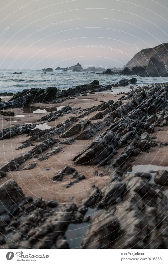 Ebbe am Strand von Sao Pedro de Muel - Portugal Natur Wasser Sommer Meer Landschaft Umwelt kalt Küste Sand Felsen Wellen Klima ästhetisch Wassertropfen