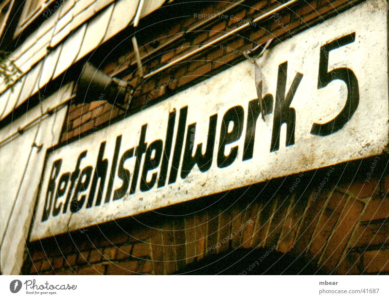 Im Bahnhof Schilder & Markierungen Eisenbahn Technik & Technologie Backstein Lautsprecher Elektrisches Gerät Bahnanlage