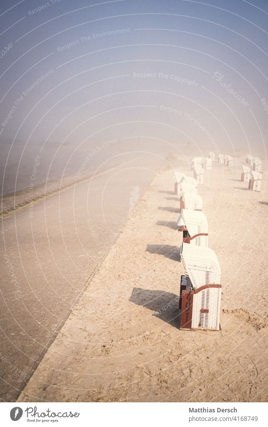 Strandkörbe im Nebel Strandspaziergang Strandkorb Küste Küstenstreifen Nordsee Nordseeküste Nordseestrand Nordseeurlaub Nebelstimmung Ferien & Urlaub & Reisen