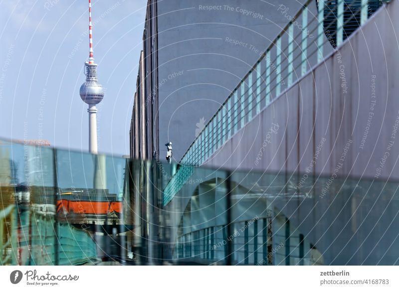 Ferensehturm hinter dem Bundeskanzleramt architektur berlin bundeskanzleramt büro city deutschland hauptstadt haus himmel hochhaus innenstadt mitte modern