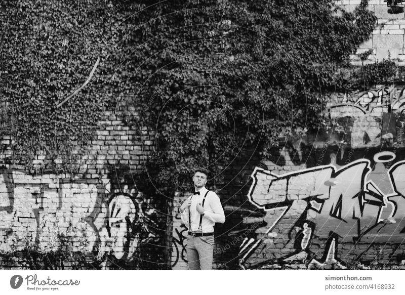 Cooler Typ Außenaufnahme modern schön Uhr Haare & Frisuren Coolness Hemd Hosenträger Stil Blick erfolgreich gentleman Schwarz-Weiß-Fotografie Erwachsene