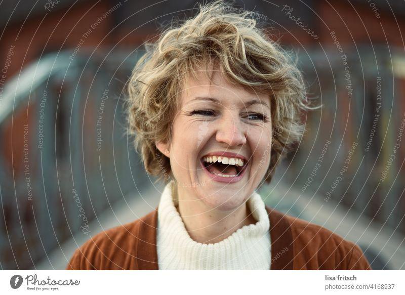 FREUDE Frau Junge Frau Porträt schön feminin Gesicht blond Haare & Frisuren natürlich Farbfoto Erwachsene Außenaufnahme kurzhaarig kurze haare Kurzhaarschnitt