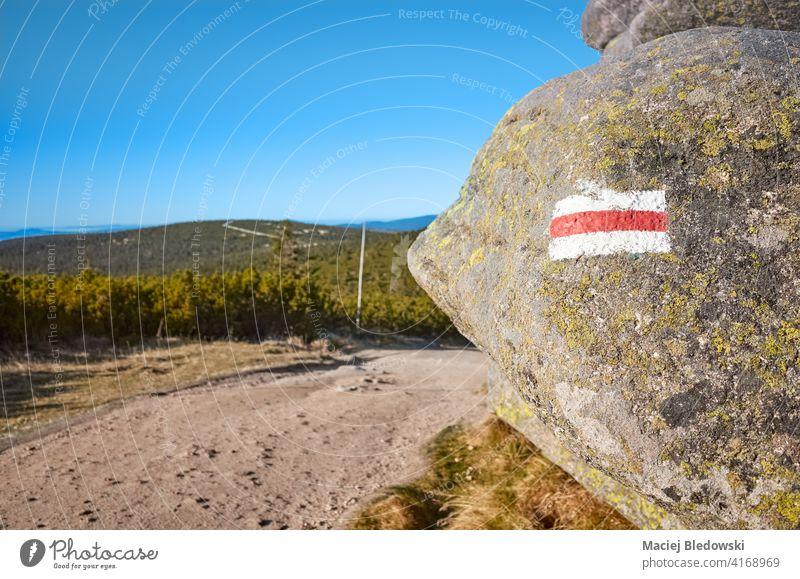 Rote Wanderbergwegmarkierung auf einem Felsen gemalt, selektiver Fokus, Nationalpark Riesengebirge, Polen. Nachlauf Markierung wandern Natur Wald Abenteuer Weg