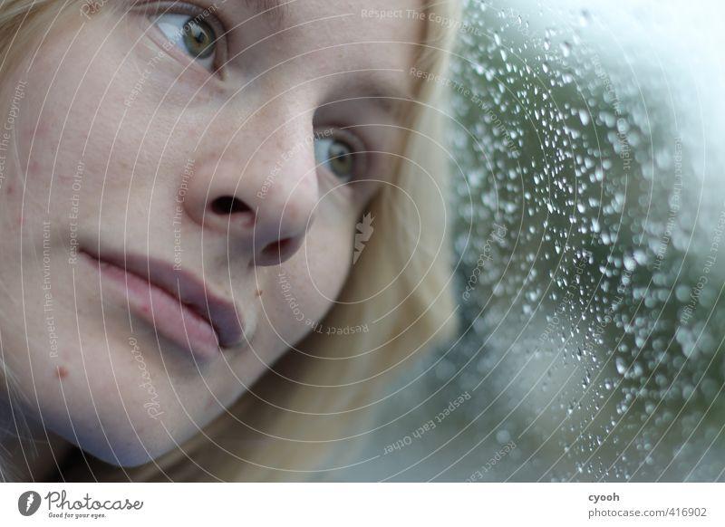thoughts. Junge Frau Jugendliche Kopf Gesicht Auge Mund 18-30 Jahre Erwachsene beobachten Denken hören Blick träumen Traurigkeit dunkel kalt nah nass blau Sorge