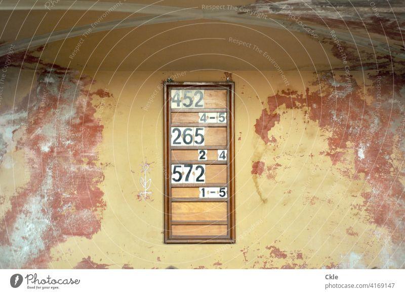 Infotafel in altem Gemäuer Gewölbe Mauer Wand Zahlen Informationen Bibelstellen Kirche Kapelle Renovierungsbedürftig marode Putz kaputt Glaube Gesang Religion