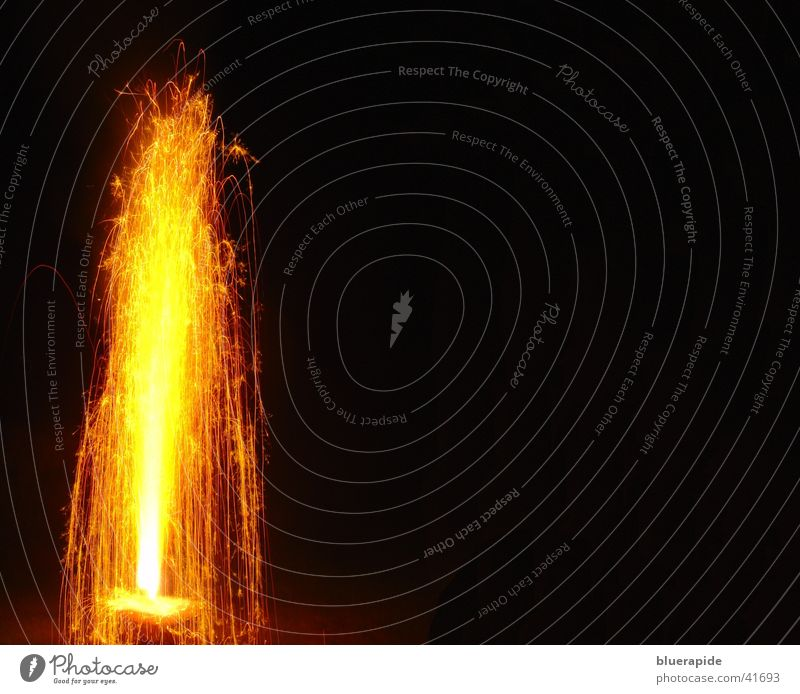 Vulkanausbruch schwarz Lampe hell orange glänzend obskur grell Funken Goldener Schnitt