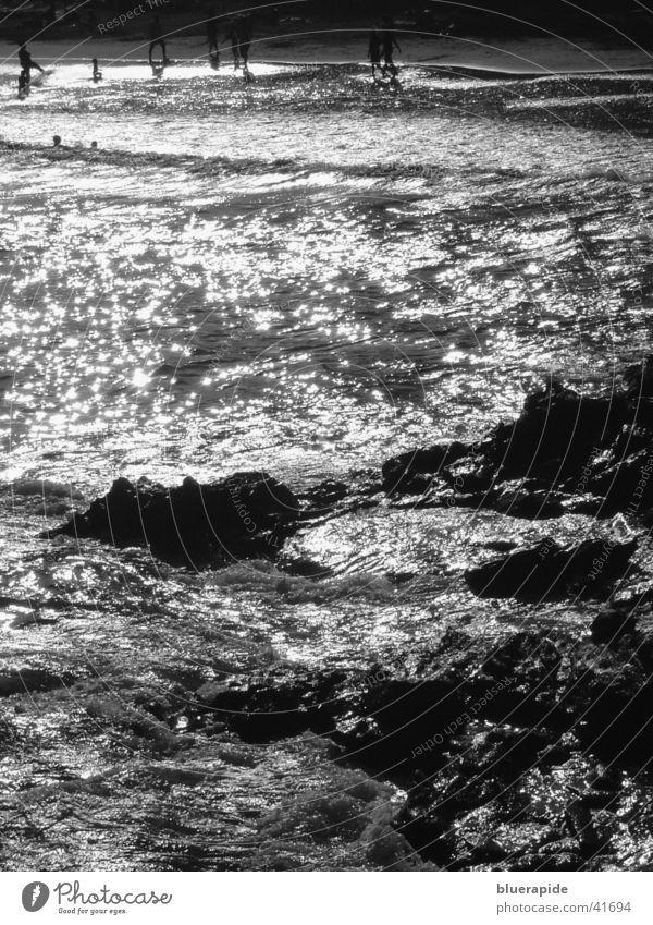 Nachtspektakel Strand Meer Küste glänzend Stimmung Wellen Wasser Felsen Stein Mensch Schwimmen & Baden Lampe Wind