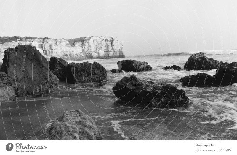 Felsküste bei Portugal Wasser weiß Meer Strand schwarz Stein Sand Stimmung Küste Horizont Felsen Idylle Bucht Bruchstück