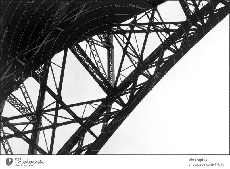 Die Brücke... diagonal Träger Stahl Schwarzweißfoto Detailaufnahme Verbindung