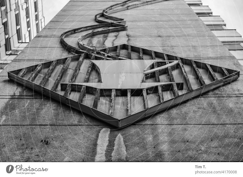 Werbung für Kaffee an einer Fassade Plattenbau Berlin bnw Haus Tasse DDR Neubau Beton Stadt Gebäude Mitte Architektur Hochhaus trist modern Menschenleer Wand