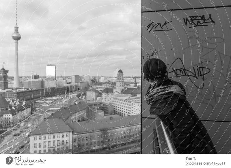 eine Frau schaut aus dem Balkon Richtung Fernsehturm Mitte fischerinsel Rathaus Hochhaus Berliner Fernsehturm Berlin-Mitte Hauptstadt Stadtzentrum Wahrzeichen