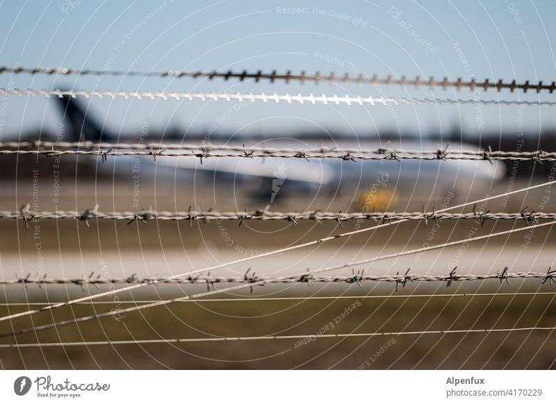 Die Diversität der Stacheldrahtgesellschafft Stacheldrahtzaun Flugzeug Sicherheit Außenaufnahme Metall bedrohlich stachelig Zaun Barriere Schutz Grenze