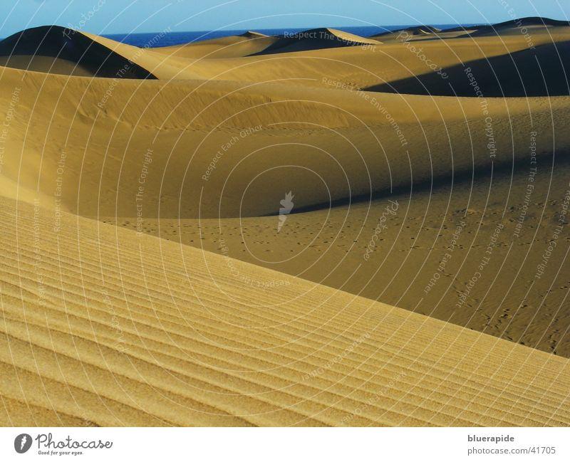 Sand soweit das Auge reicht gelb Wellen Wüste Hügel Stranddüne Sandkorn
