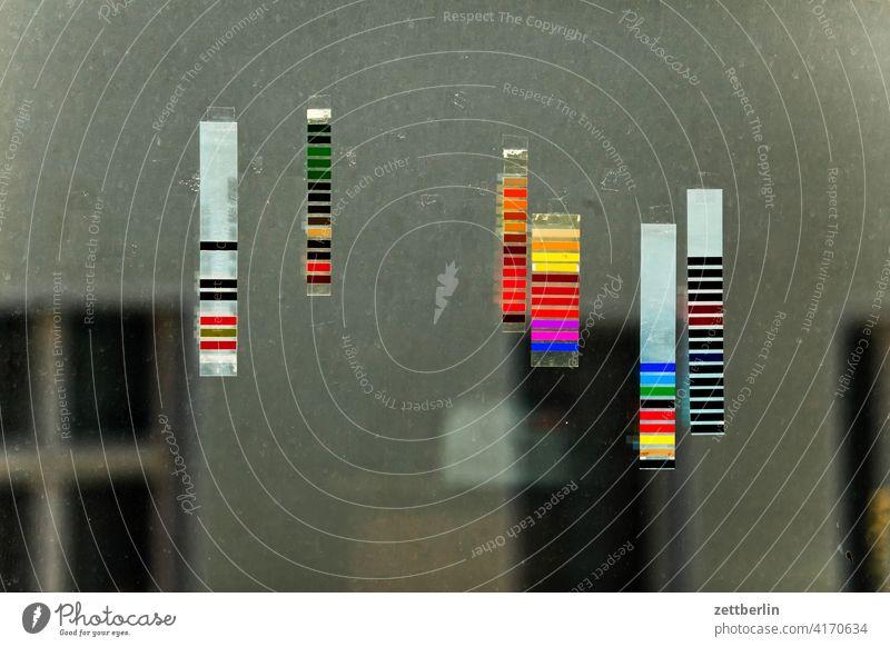 Farbstreifen farbe farbstreifen bunt kalibrierung farbkalibrierung druckerei muster farbmuster fenster haus hinterhaus hinterhof licht farbig Druckerzeugnis