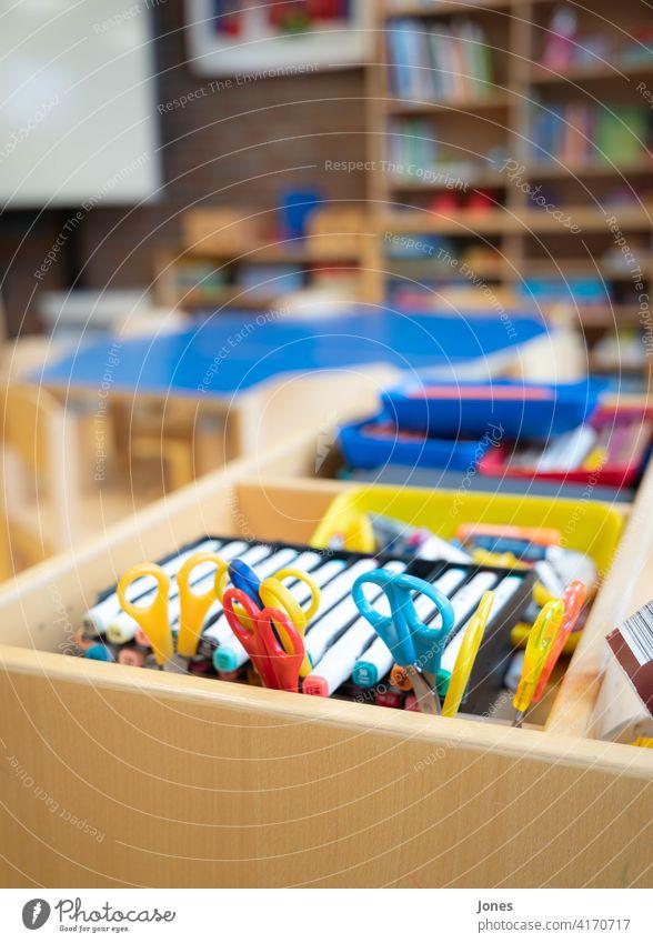 Stifte und Scheren in der Schule bunt Kindergarten Holz Unscharf farbenfroh innenaufnahme kinder spaß basteln