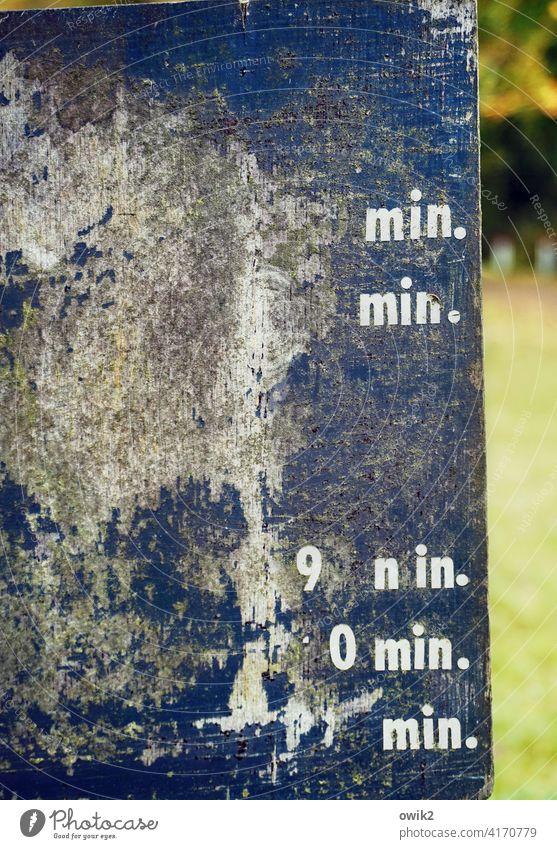 Grob geschätzt Infotafel Tafel kryptisch rätselhaft Buchstaben skurril Rätsel sparsam Ordnung Kontrolle Kommunizieren Schriftzeichen Ziffern & Zahlen Zeichen