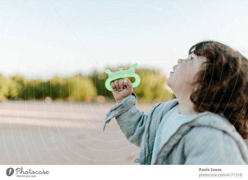 Nettes Kind spielt mit Drachen Milan Kindheit 1-3 Jahre Kaukasier Mädchen authentisch Frühling Farbfoto Außenaufnahme Lifestyle Tag Kindheitserinnerung