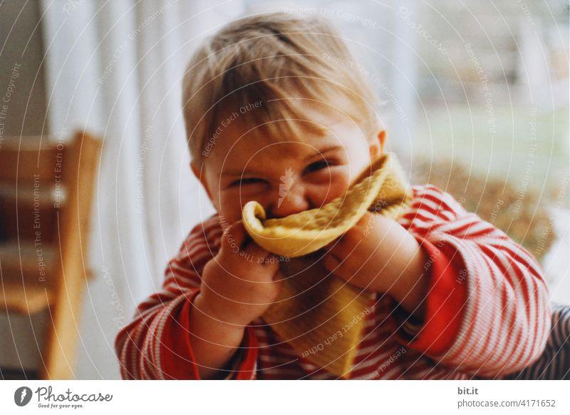 Schwamm drüber... Kind klein Kleinkind Freude süß Blick niedlich Mädchen Fröhlichkeit lachen heiter Gesicht Glück Kindheit Lächeln Putzschwamm Putztuch putzen