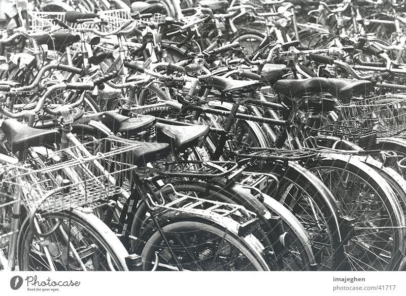 Radmelange Fahrrad Verkehr geschlossen mehrere viele chaotisch parken Mischung Haufen Knäuel Verflechtung