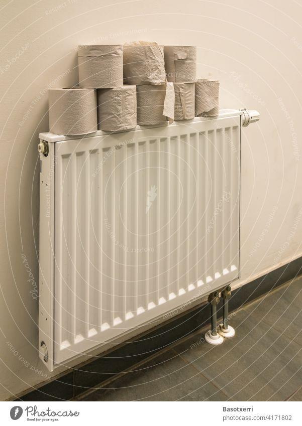 Toilettenpapier auf einem Heizkörper WC Stapel Rolle Klopapier Klopapierrolle Gebäude Hygiene Coronavirus sanitär Häusliches Leben Bad Sauberkeit Innenaufnahme