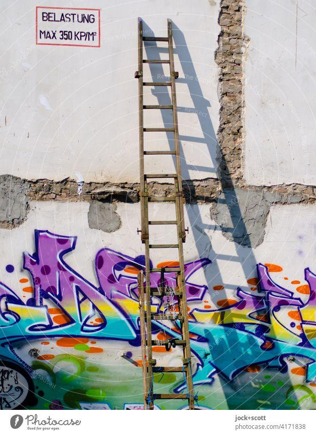 *3000* BELASTUNG MAX 350 KP/M² Holzleiter Wand Leiter Schattenspiel Sonnenlicht Graffiti Straßenkunst Schriftzeichen Jugendkultur Kreativität Deutsch
