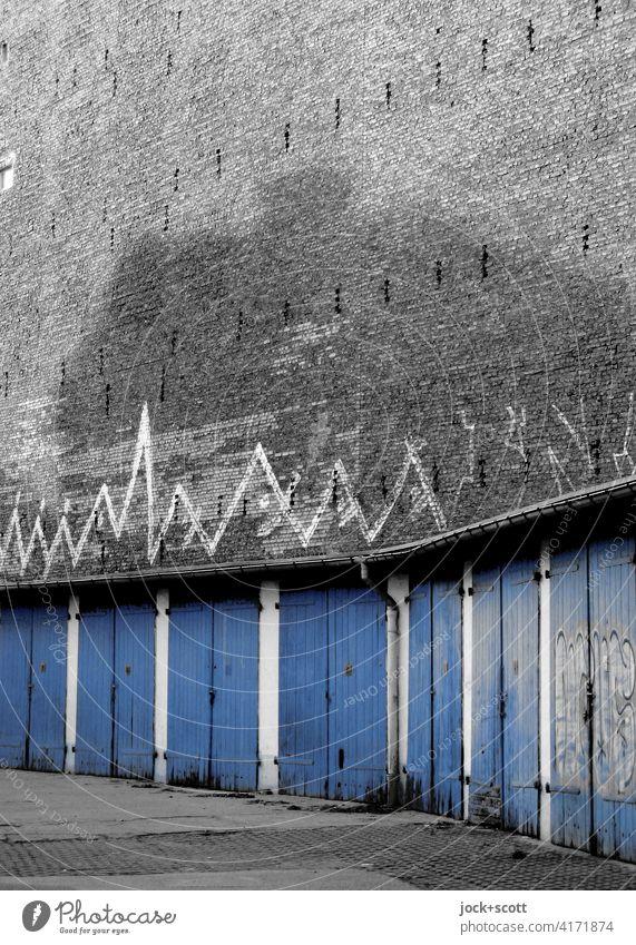 fast vergessene Garagen aus einer anderen Zeit DDR Architektur Prenzlauer Berg Brandmauer retro Zahn der Zeit Vergangenheit alt verwittert authentisch trist