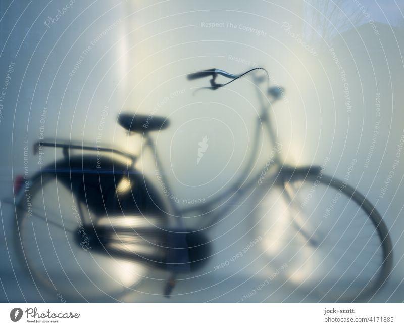 Silhouette eines Fahrrads Schaufenster Reflexion & Spiegelung Unschärfe Lichterscheinung Hollandrad neu schemenhaft Kunstlicht Gedeckte Farben Ladengeschäft