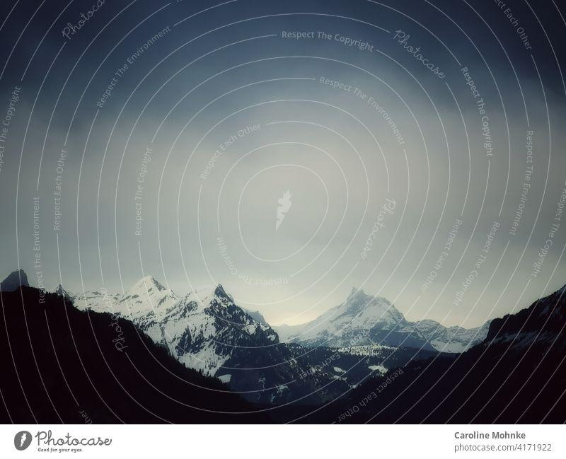 Schneebedeckte Berggipfel in geheimnisvollem Licht Berge Schweiz Schweizer Alpen Berge u. Gebirge Winter Gipfel Himmel Landschaft Natur Schneebedeckte Gipfel