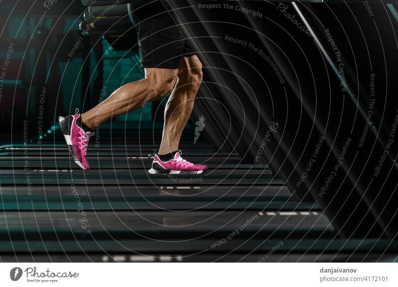 starker Mann läuft auf Laufband Aktion aktiv Aktivität Erwachsener Athlet sportlich Pflege Club Gerät Fitness Fuß Fitnessstudio Gesundheit Jogger Bein Lifestyle
