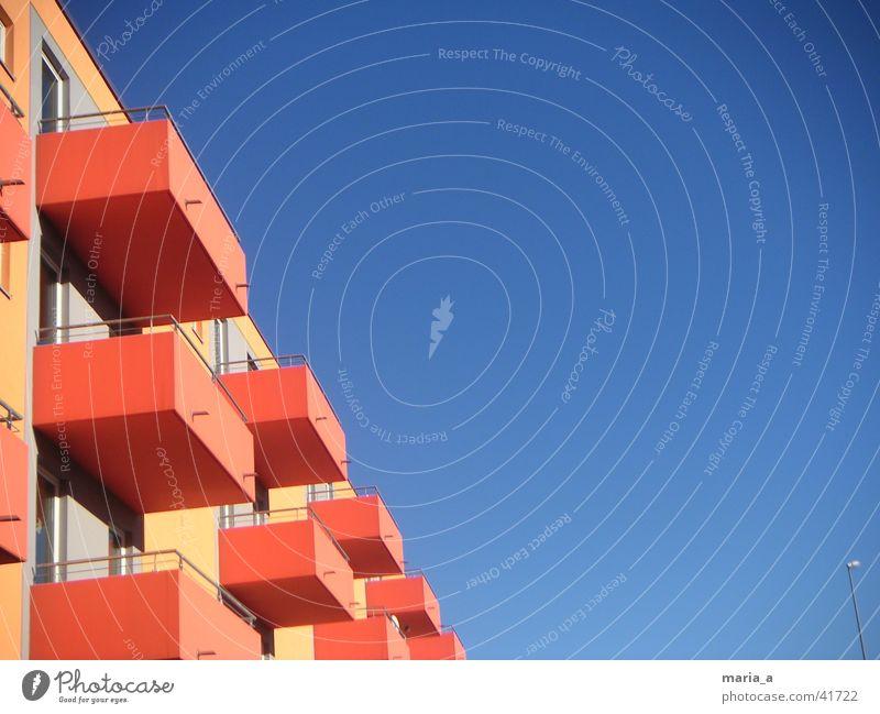 Orange(n)Kisten Studentenwohnheim Wohnheim Haus Balkon Architektur Himmel Blauer Himmel